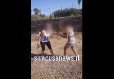 Risultati immagini per ragazze lanciano un gattio