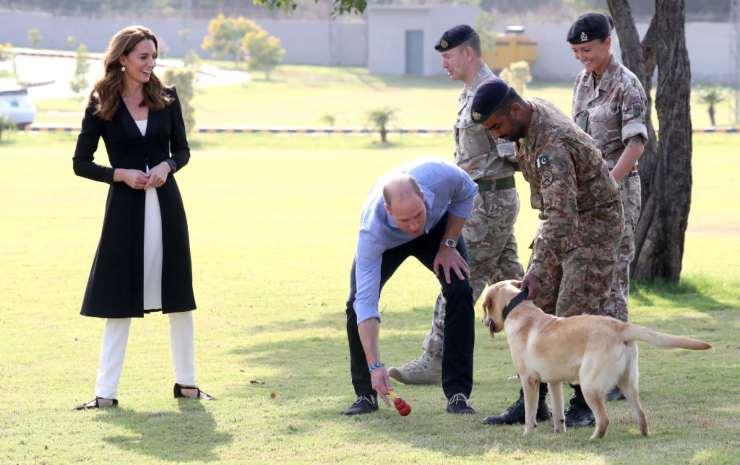 Il principe William duca di Cambridge e la moglie la principessa Kate ad Islamabad Pakistan presso il centro esercito canino in visita ai cani anti mine