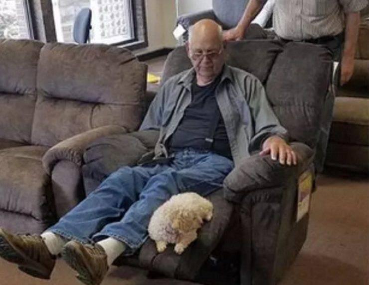 persona anziana con cane