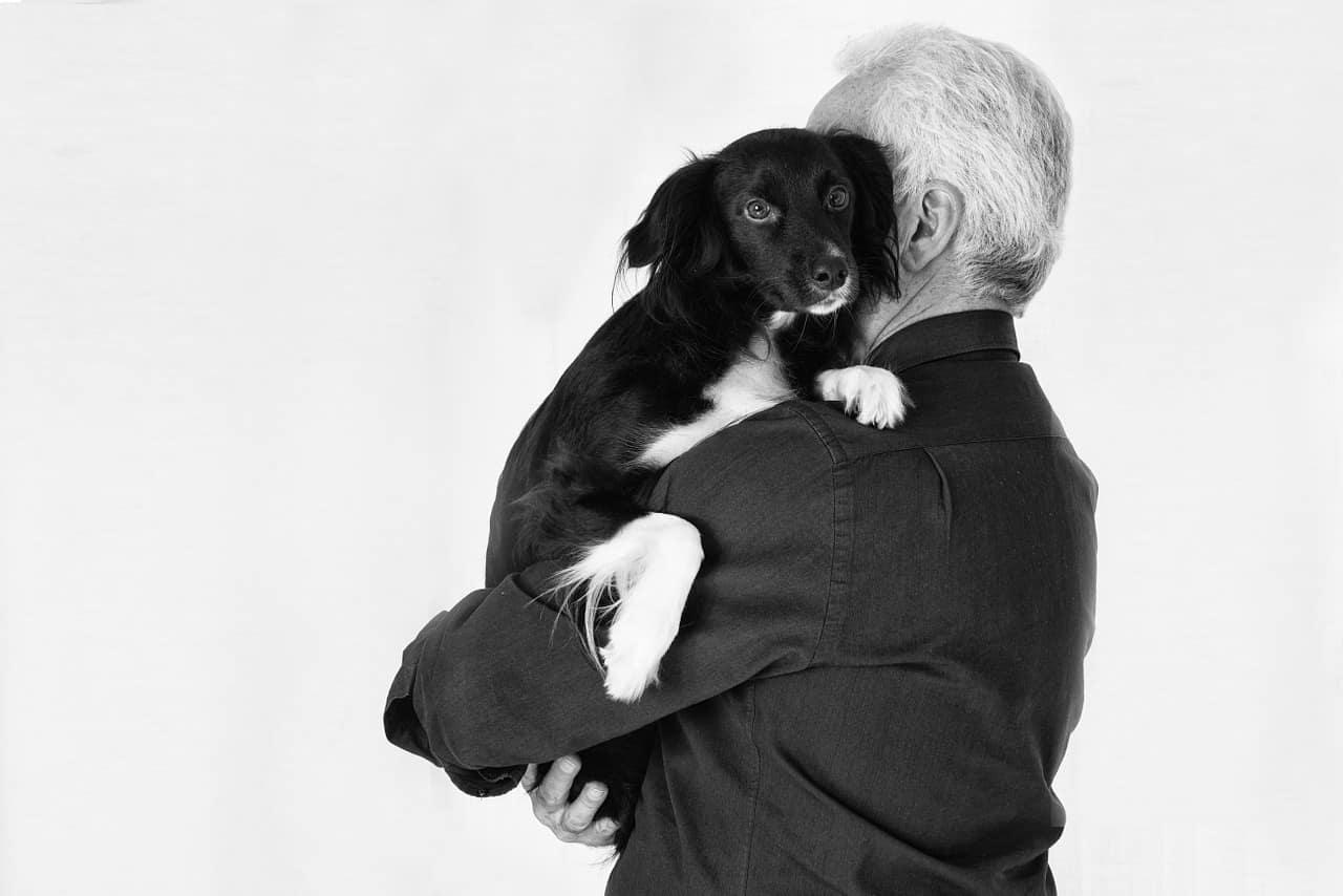 L'amore tra il cane e il suo padrone in una foto (Foto Pixabay)