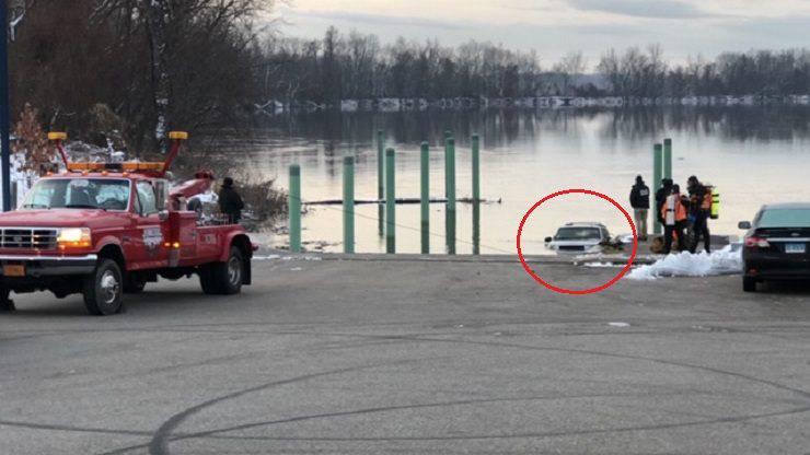 cane auto fiume