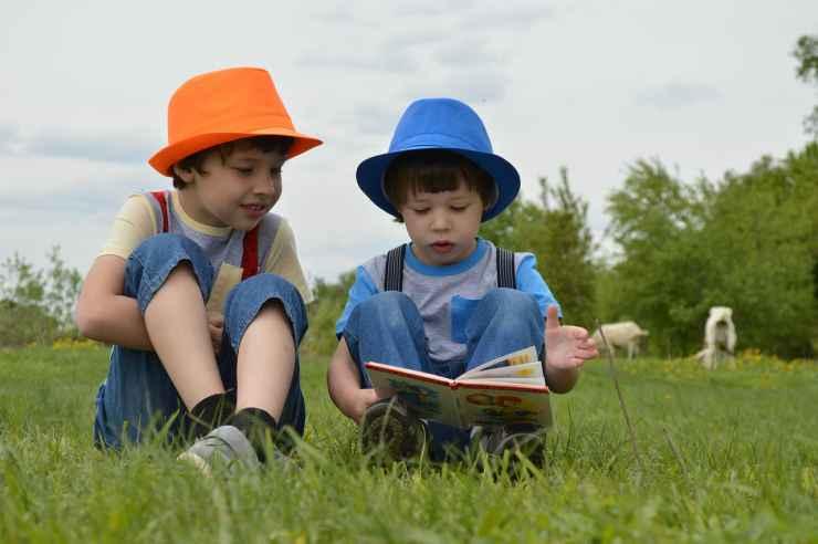 Bambini che leggono (Foto Pixabay)