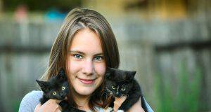 Ragazza e i gattini (Foto Pixabay)
