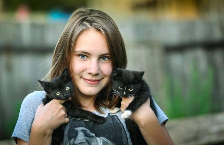 Ragazza con i gattini (Foto Pixabay)