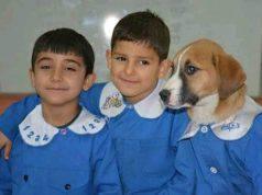 Findik e gli alunni di scuola (Foto Facebook)