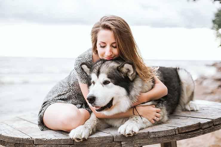 donna massaggia husky
