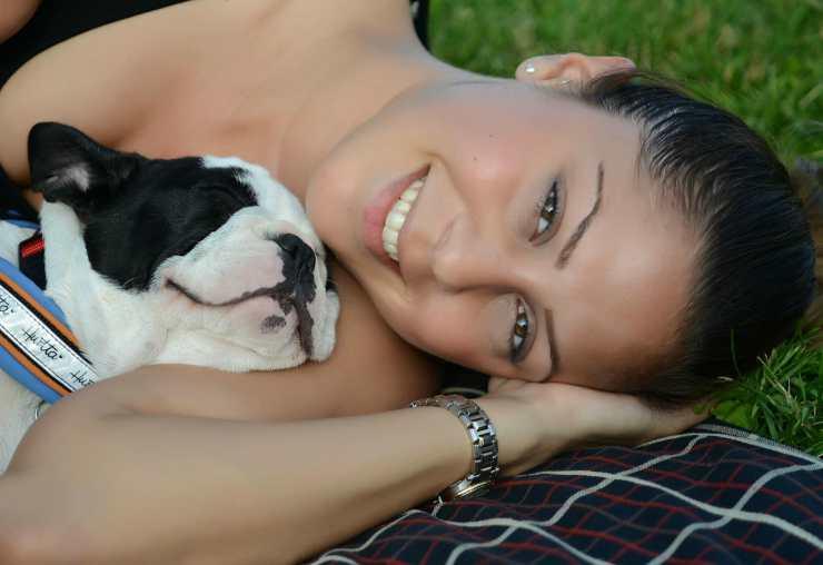 Il cucciolo e la ragazza felice (Foto Pixabay)