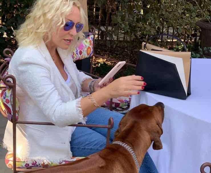 Clerici e il cane curioso (Foto Instagram)