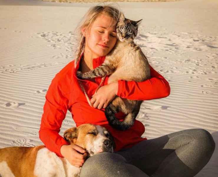 L'amore tra il cane, il gatto e la loro padrona (Foto Instagram)