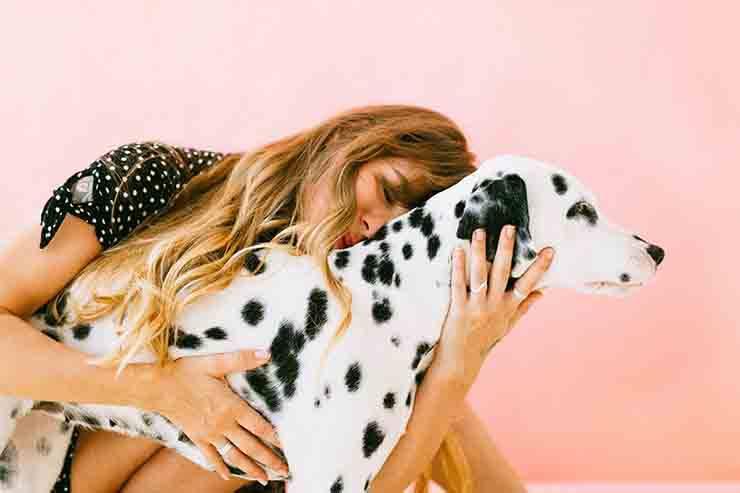 donna stretta al suo cane