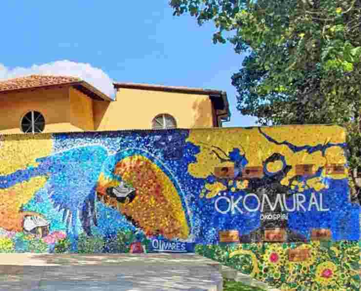 Il pappagallo nel murales (Foto Instagram)