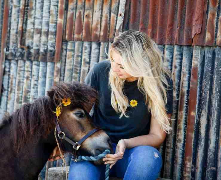 Il dolcissimo pony e la padrona (Foto Facebook)