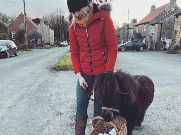 La donna e il pony (Foto facebook)