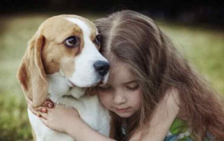 l'abbraccio della bambina verso il cane Facebook