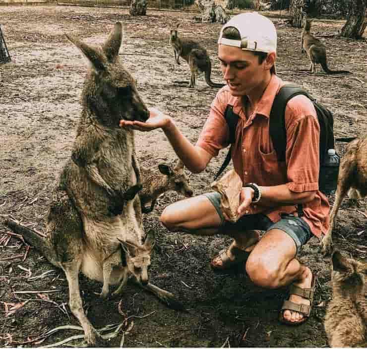 Peyton Haag con un canguro