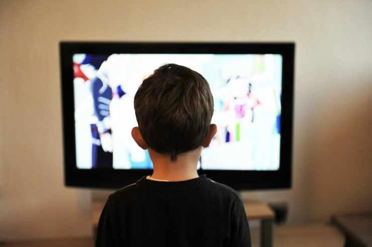 Il bimbo davanti lo schermo della tv (Foto Pixabay)