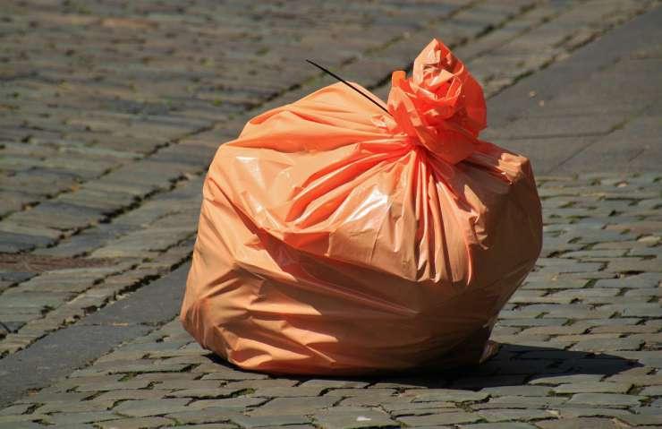 Un sacchetto dell'immondizia (Foto Pixabay)