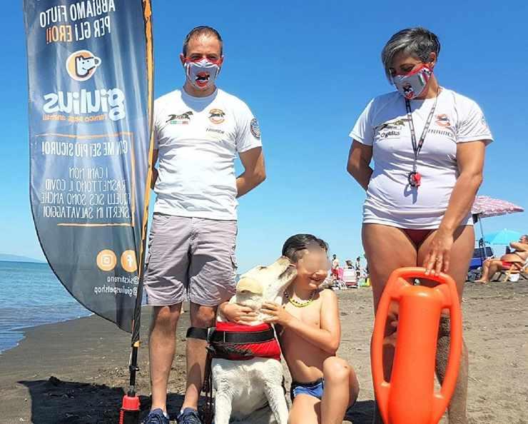 bambino salvato cane mare