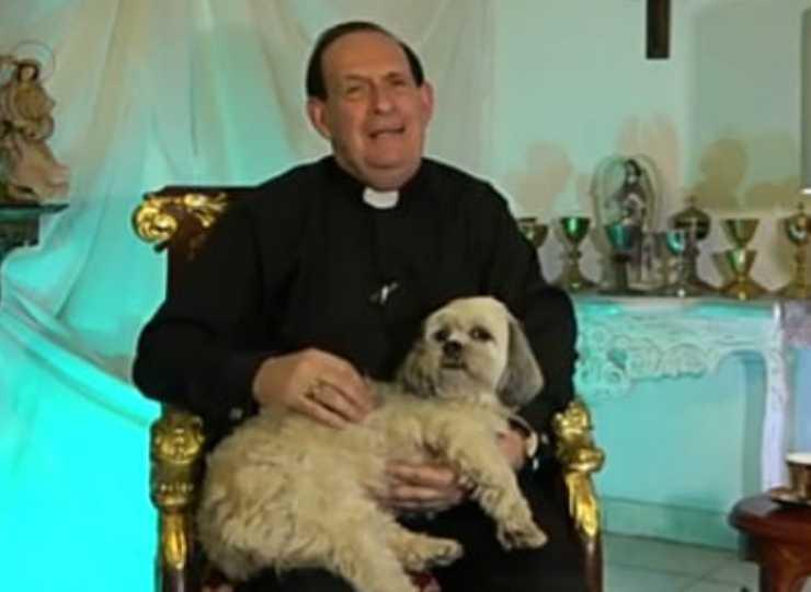 Il sacerdote e il cagnolino in braccio (Foto video)