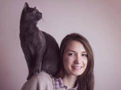 Perché i gatti salgono sulle spalle