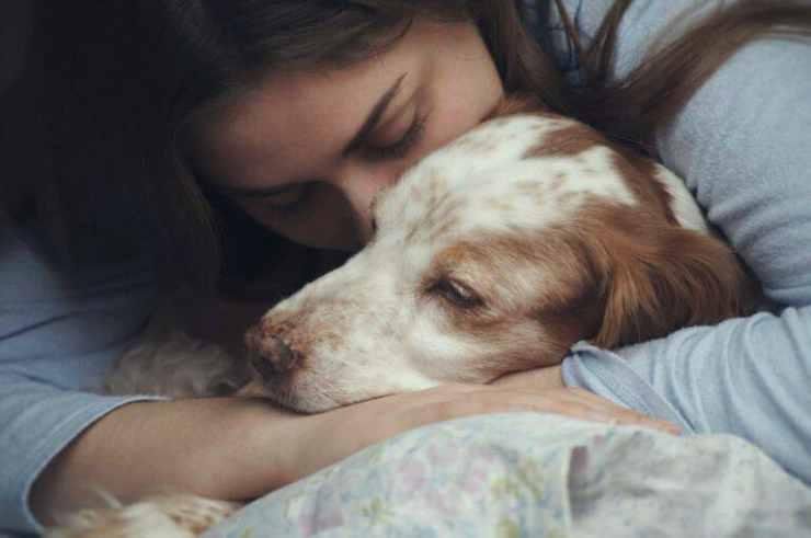 Donna e cane (Foto Adobestock)