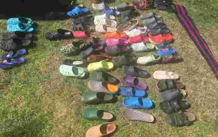 Le scarpe ritrovate (Foto Twitter)