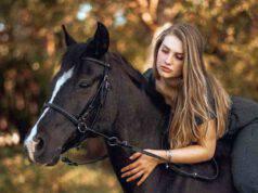 Cavallo corre al fianco della sua proprietaria sui pattini (screenshot Instagram)