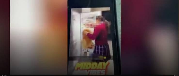 ragazza mette il cane nel frigorifero