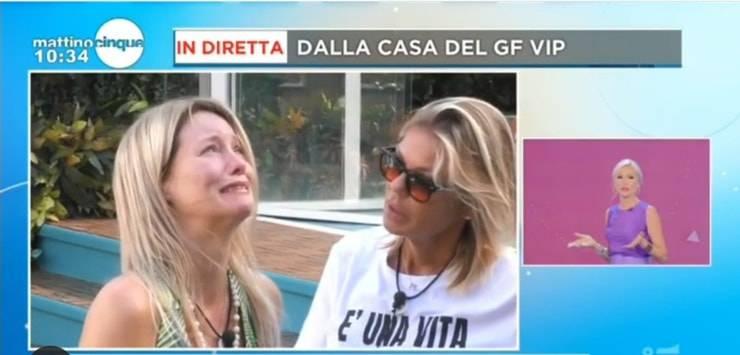 Flavia Vento piange disperata per i suoi cani