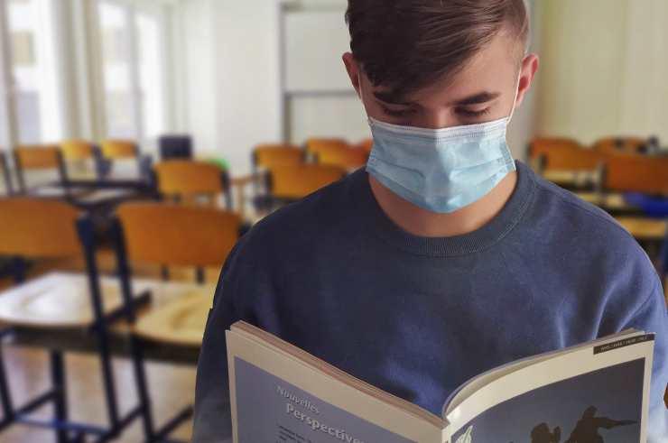 Studente in classe con la mascherina (Foto Pixabay)