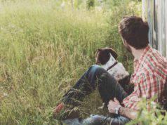 Cane e padrone che guardano l'orizzonte