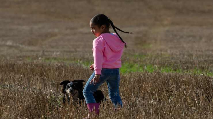 Bambina con il cane (Foto Pixabay)