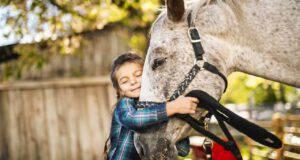 cavallo abbraccio bambina