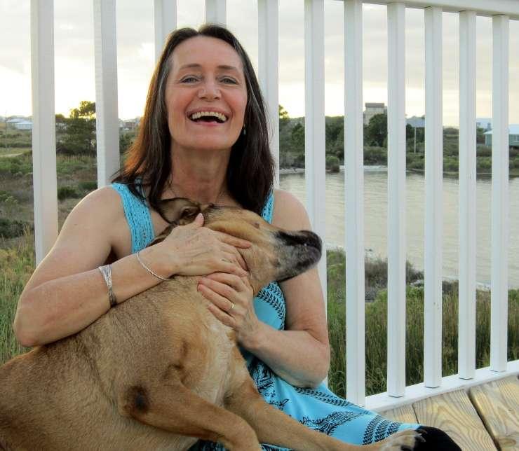donna salva cane strada