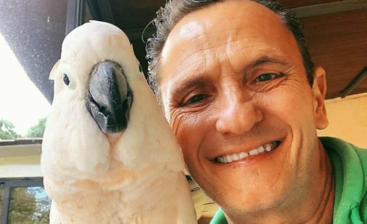 Enzo Salvi e il pappagallo (Foto Instagram)