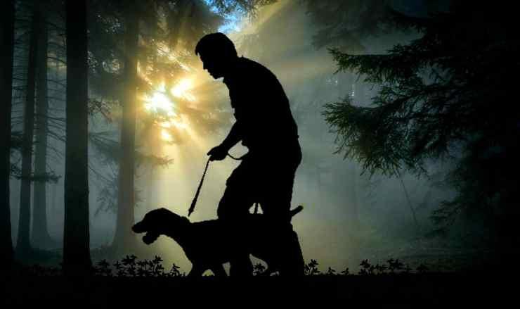 Il padrone e il cane (foto Pixabay)