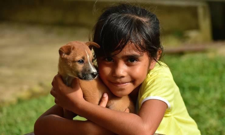 Bimba con cucciolo