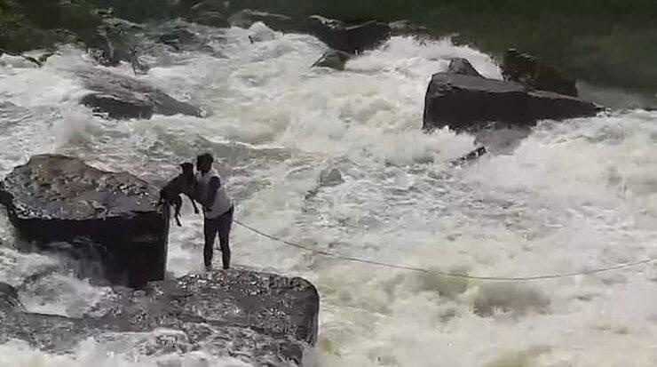 Uomo coraggioso salva il cane dalle rapide di una diga