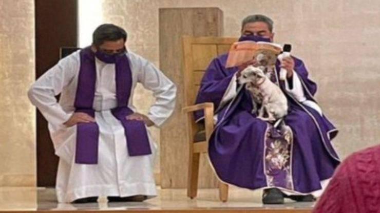 Il gesto premuroso del prete (Foto Twitter)