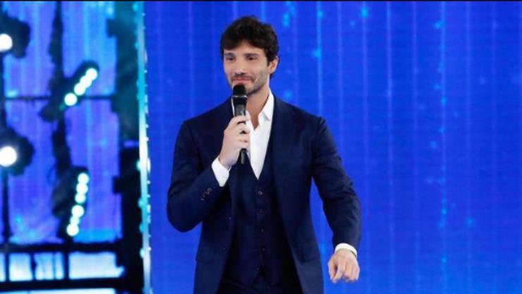 Stefano in versione conduttore (Foto Instagram)