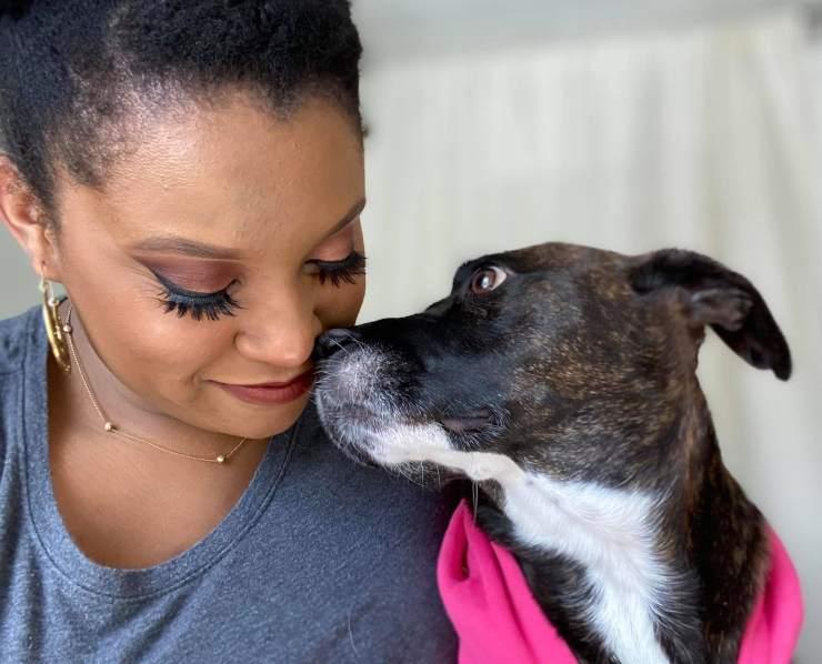 donna adotta cane letto