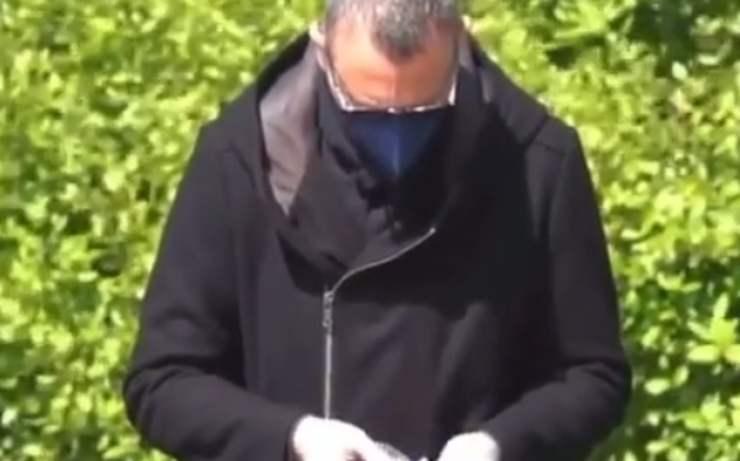 Amadeus alle prese con la busta igienica (Foto video)