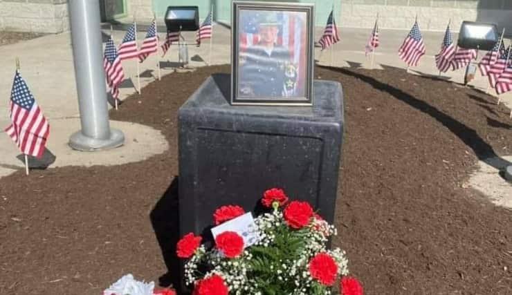 Molteplici persone lasciano fiori per lo sceriffo e il suo adorato cane morti insieme (Foto Facebook)