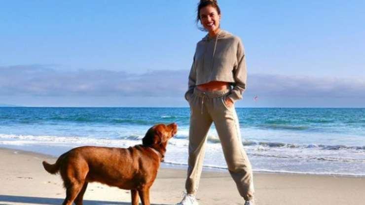 Alessandra e il cane al mare (Foto Instagram)