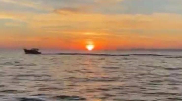 Il passaggio della barca al tramonto (Foto Instagram)