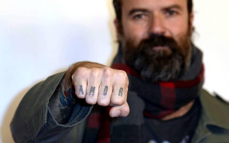Pau Donés il cantante e chitarrista della band Jarabe de Palo morto nel 2020 e il video con il suo cane