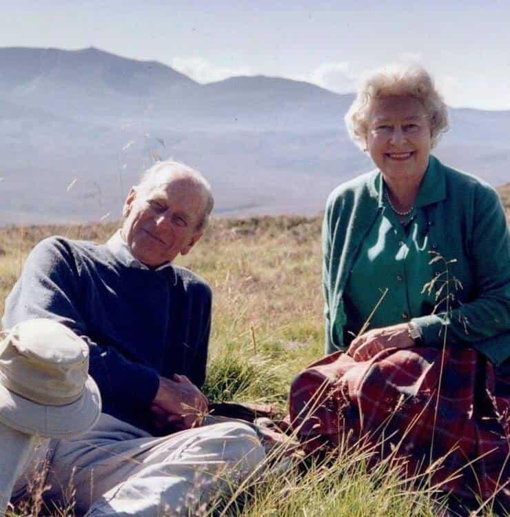 Regina Elisabetta e il Duca di Edimburgo (Screen Facebook)