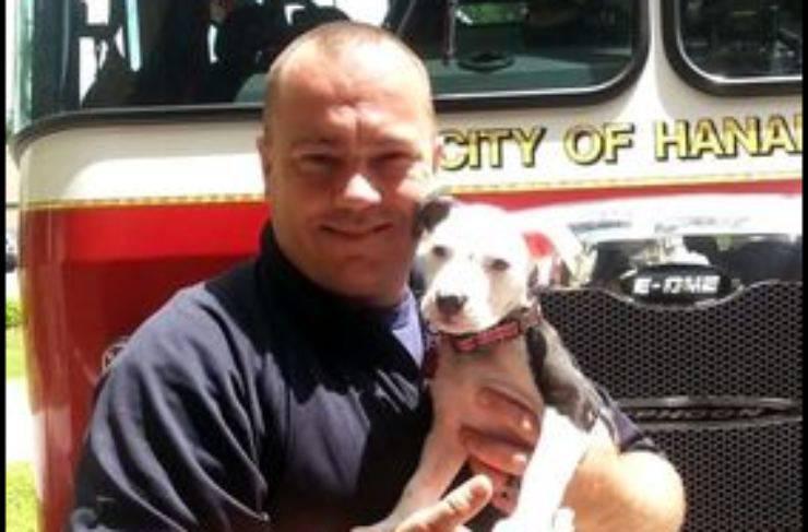 Bill e il cucciolo salvato (Foto Facebook)