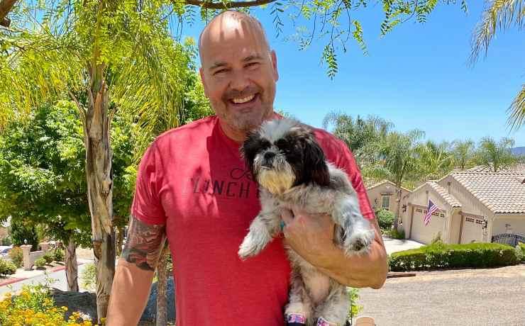 La cagnolina Chloe e il suo padrone (Foto Facebook)