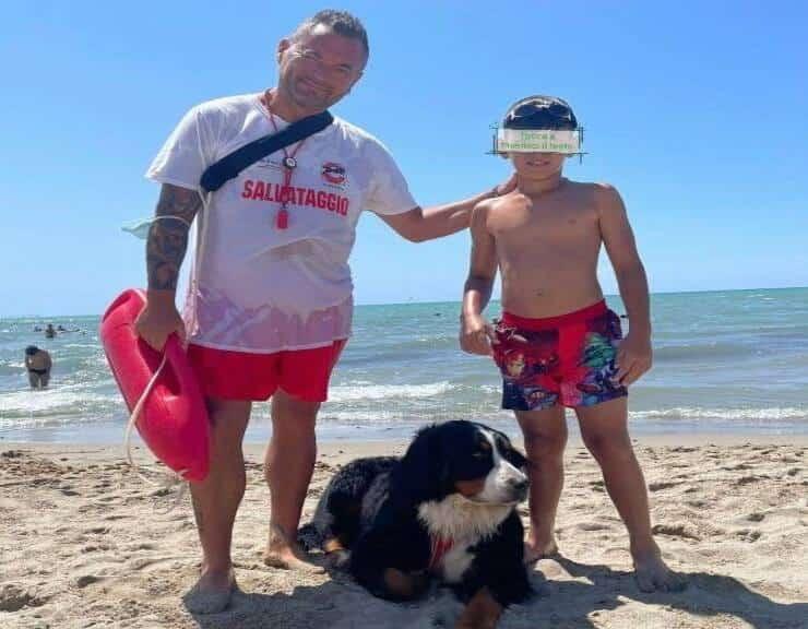 Olivia insieme al suo conduttore Filippo e il bambino salvato (Screen Facebook)
